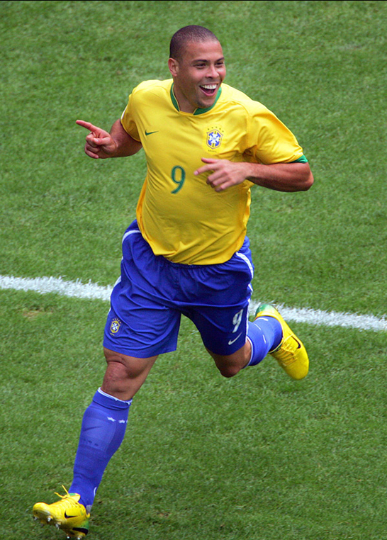http://futbolmania12.files.wordpress.com/2008/09/fotos-ronaldo-celebrando-un-gol-en-el-mundial.jpg
